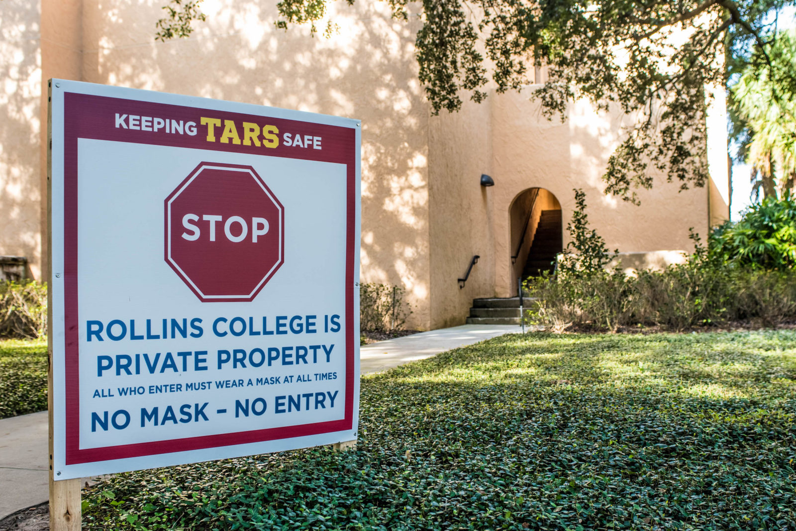 Sign on Rollins College campus announcing required mask policy.